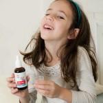 ילדה לוקחת פורמולת צמחי מרפא